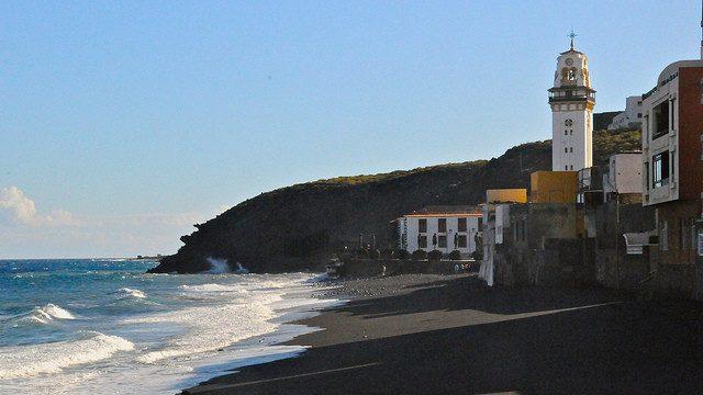 Cierran al baño tres playas de Candelaria por una mancha de origen desconocido