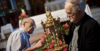 El historiador Pedro Ontoria y el párroco Mauricio González observan la reliquia en la iglesia de La Concepción. Fran Pallero