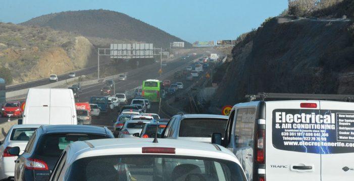 El asfaltado de la autopista del Sur bloquea a miles de coches