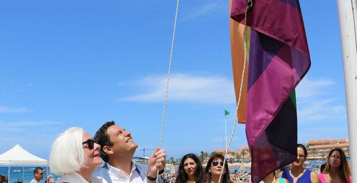 La bandera del arcoíris ya ondea en la playa de  Las Vistas