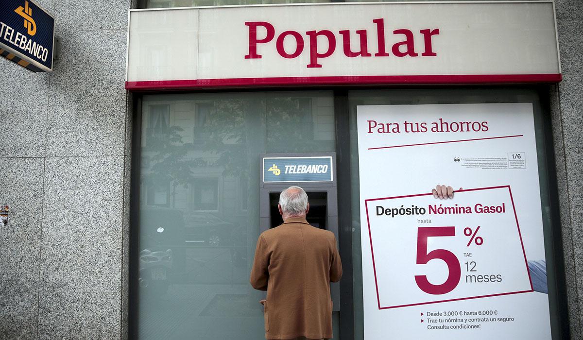 Imagen de un cajero del Banco Popular. En la de abajo, el presidente del Gobierno canario, Fernando Clavijo. Reuters