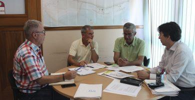 Los tres ediles de Urbanismo de Arafo, Candelaria y Güímar, reunidos ayer, con el ingeniero Manuel Losada. DA