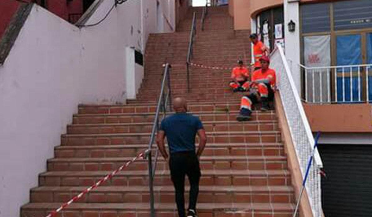 Por estas escaleras bajaron con una furgoneta Renault Express. L@s Jardiner@s