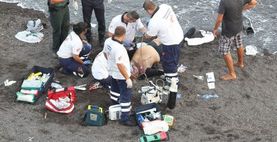 Un equipo de emergencias lucha por reanimar a un ahogado en Adeje; en el recuadro, Sebastián Quintana. Gerard Zenou/Nauticacanaria.com