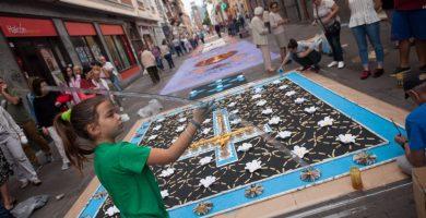 El recorrido alfombrado por las calles del casco antiguo de La Laguna reunió este año a un total de 65 tapices, elaborados por asociaciones, hermandades, centros educativos y colectivos culturales. Fran Pallero
