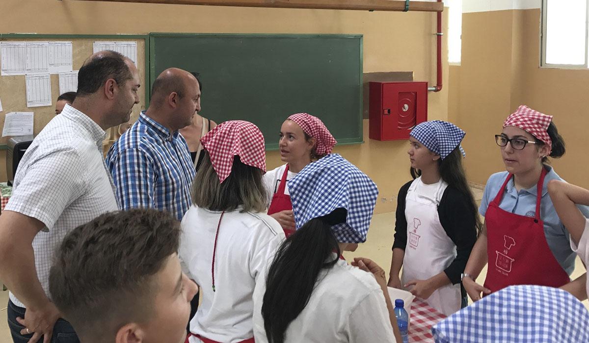 José Domingo Regalado y Marcos González, con alumnos y alumnas de uno de los institutos. DA