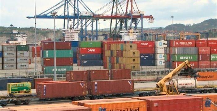 Los estibadores ganan el pulso a la patronal y reactivan los puertos