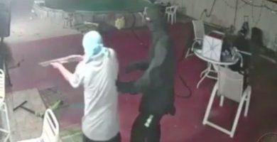 Entran en una casa a robar y son sorprendidos por el dueño con un machete