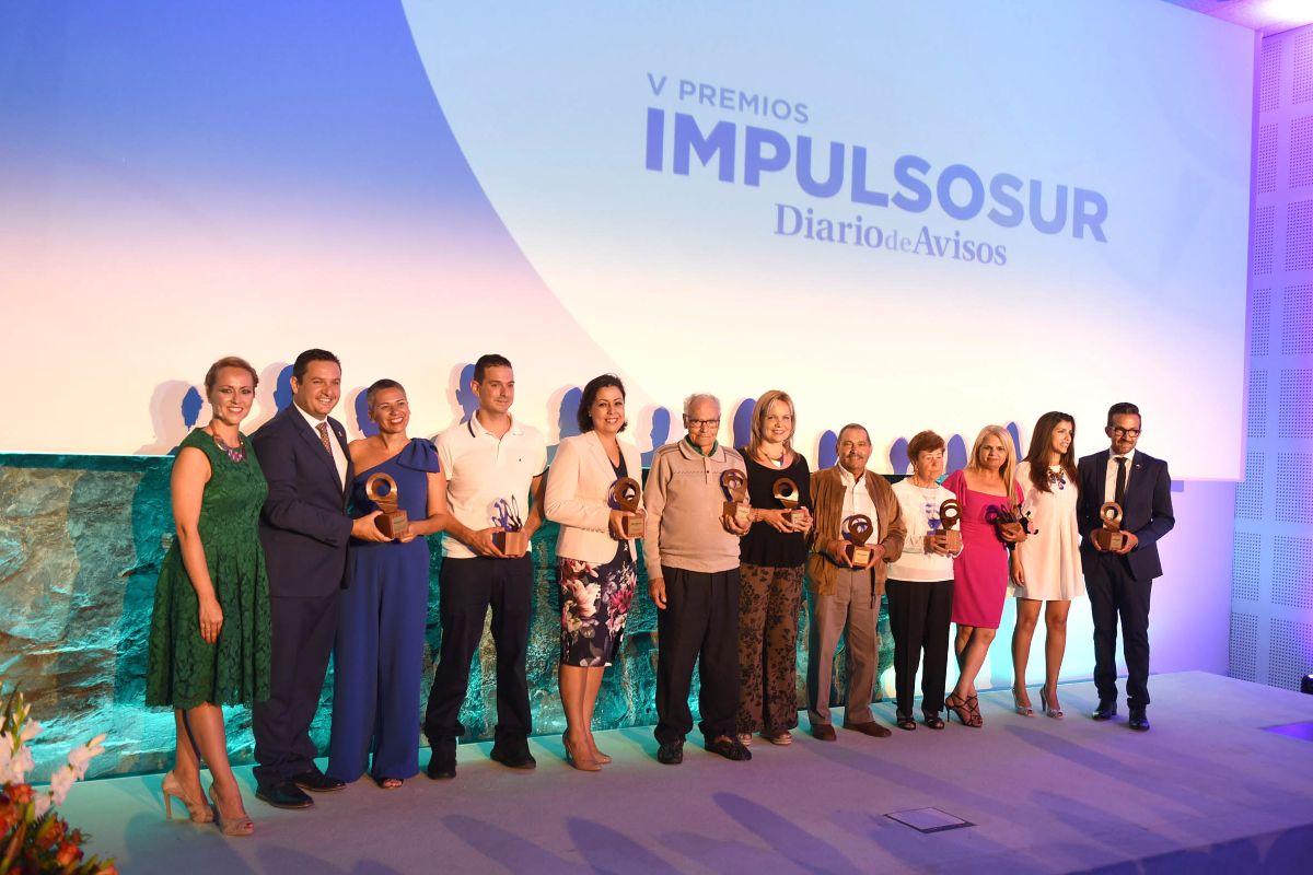 Foto de familia de los galardonados ayer en la quinta edición de los Premios Impulso Sur, que otorga DIARIO DE AVISOS, en una gala que tuvo lugar en el ITER, en Granadilla de Abona. Fran Pallero