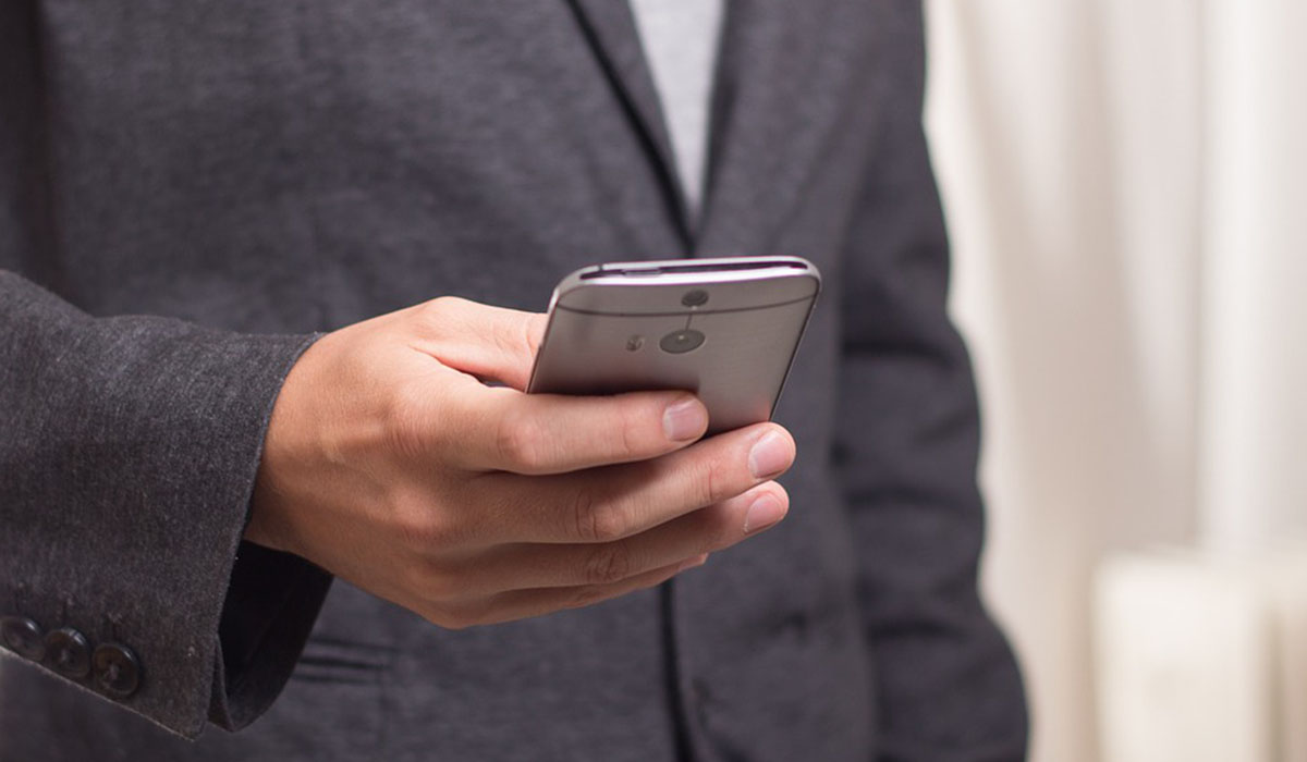 Imagen de archivo de un usuario utilizando el teléfono móvil. DA
