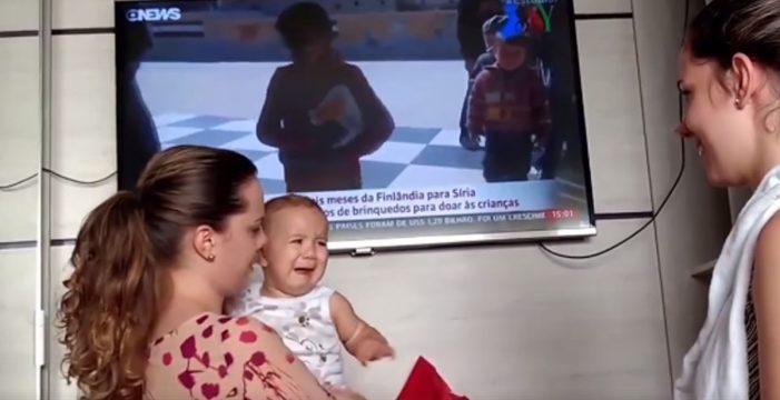 El bebé que llora por no poder distinguir a su madre de su hermana gemela