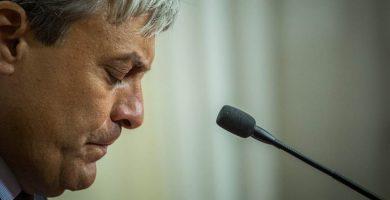Carlos Garcinuño (PP) entrega su acta de concejal de Santa Cruz