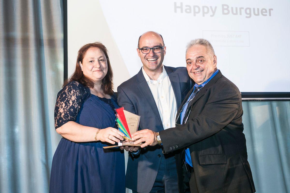 Jesús Rebollo (centro) entrega el galardón a Mejor restaurante de Canarias, Happy Burguer (Santa Cruz de Tenerife) | DA