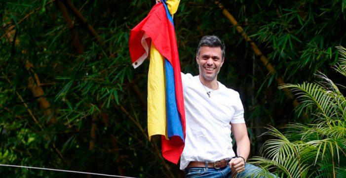 Maduro libera a Leopoldo López, que permanece en arresto domiciliario