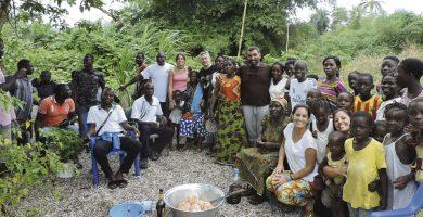 Gamir con las gentes de Adiaké (Costa de Marfil), dispuestos a construir una escuela . Fotpo cedida