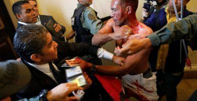 """Más de 300 personas están """"secuestradas"""" en el asalto al Parlamento de Venezuela"""