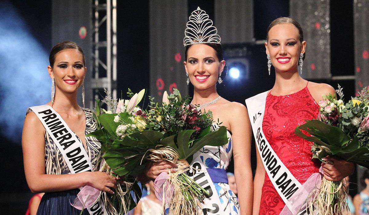 Carolina Oramas rodeada por sus dos damas de honor / GERARD ZENOU