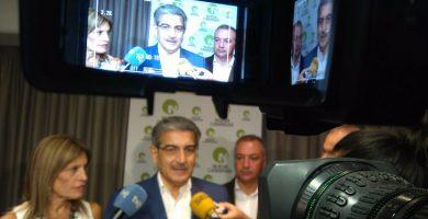 Román Rodríguez, con los también diputados regionales de NC Esther González y Luis Campos, ayer, en rueda de prensa. Vicente Pérez