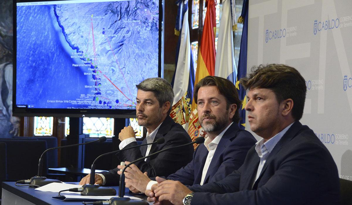 El presidente del Cabildo, Carlos Alonso, (centro) junto a los consejeros Alberto Bernabé (izquierda) y Antonio García Marichal (derecha). DA