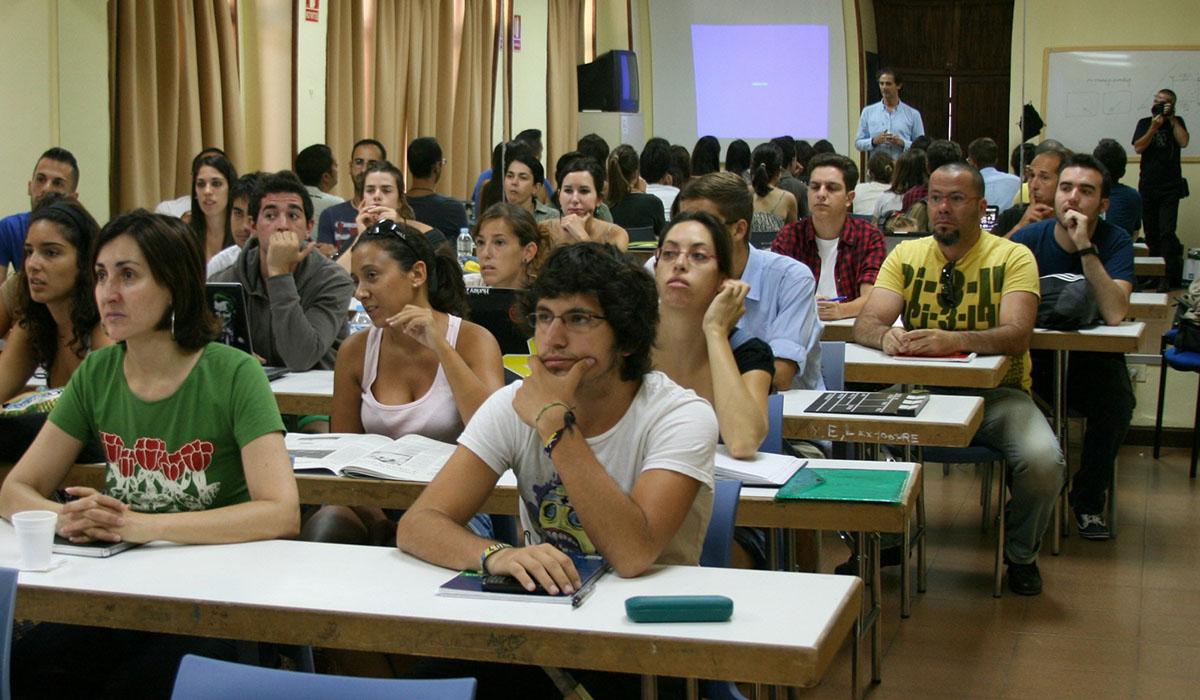 Las aulas del Centro Cultural de Adeje se vuelven a poblar desde hoy con los cursos y talleres. DA