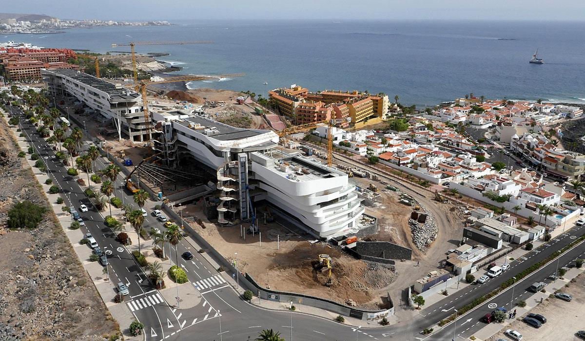 Vista aérea de las obras del hotel Royal Hideaway Corales Resort, en La Caleta (Adeje), que contará entre sus atractivos con 55         piscinas en las terrazas de las habitaciones. DA