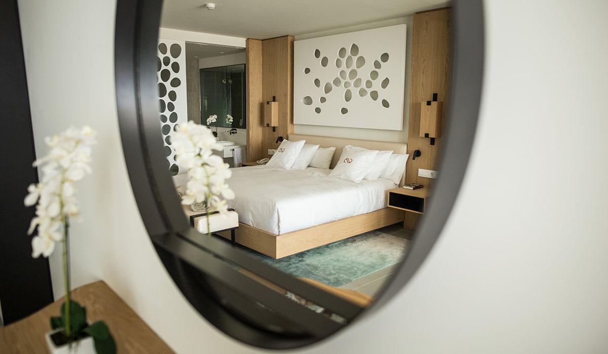 Dos imágenes de la suite junior piloto, en la que se combinan los espacios, con una cuidada decoración y funcionalidad. Andrés Gutiérrez