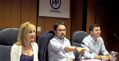 Asier Antona, flanqueado por Australia Navarro y Manuel Domínguez, el lunes, en la reunión del Comité Ejecutivo Regional del PP. Sergio Méndez