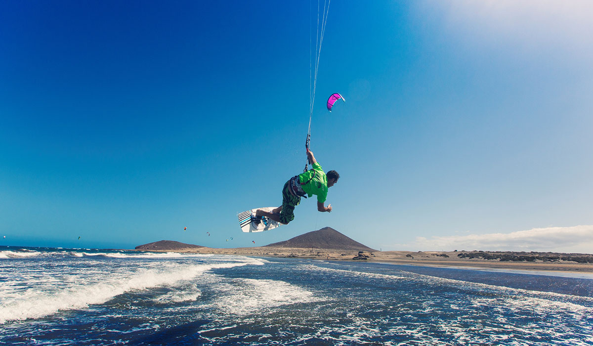 El kitesurf se ha extendido a gran velocidad en las playas de Granadilla de Abona, compitiendo con el ya tradicional windsurf. DA