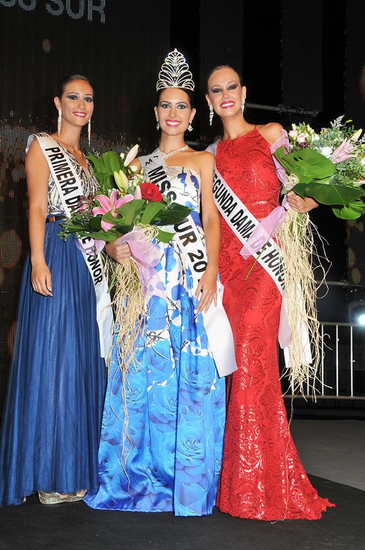 Carolina Oramas, en el centro, junto a sus dos damas de honor, tras ser coronada el sábado Miss Sur 2017. Gerard Zenou