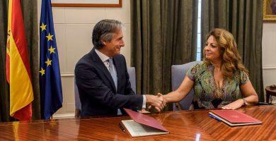 El ministro de Fomento, Íñigo de la Serna, y la consejera de Vivienda, Cristina Valido, tras firmar el convenio. DA