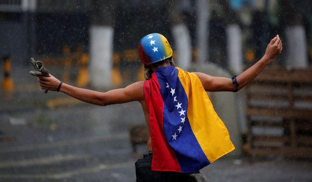 Un manifestante opositor durante una concentración contra la Constituyente promovida por Maduro. El Español