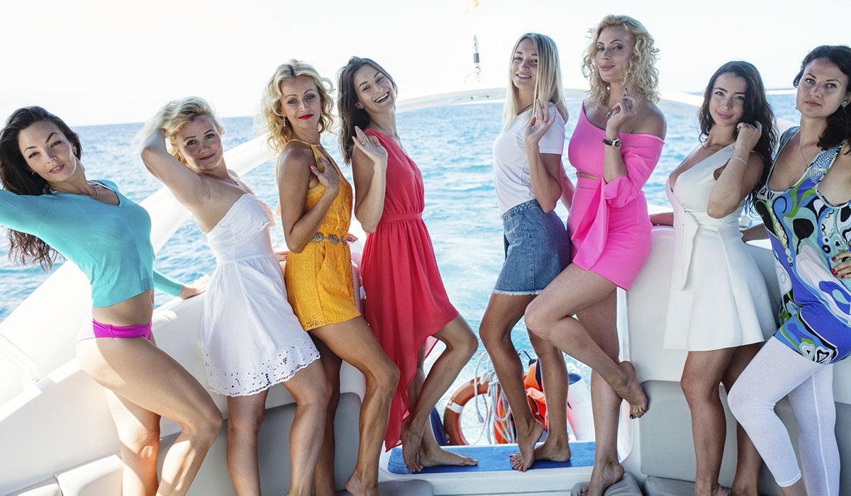 Las últimas aspirantes al título de Dama Tropicana, posan sobre un yate en los mares del Sur. Gerard Zenou