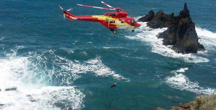 Rescatan en helicóptero a un varón herido en la playa de Benijo