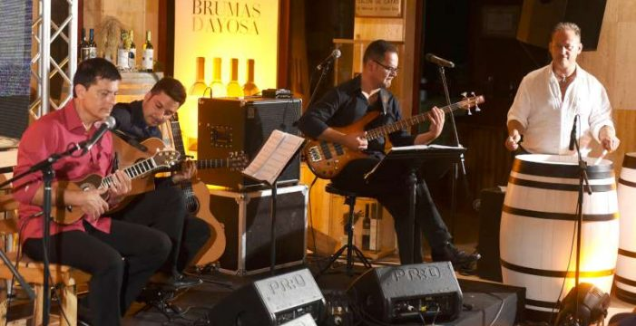 Arafo fusiona la música y el vino con el timple de Benito Cabrera
