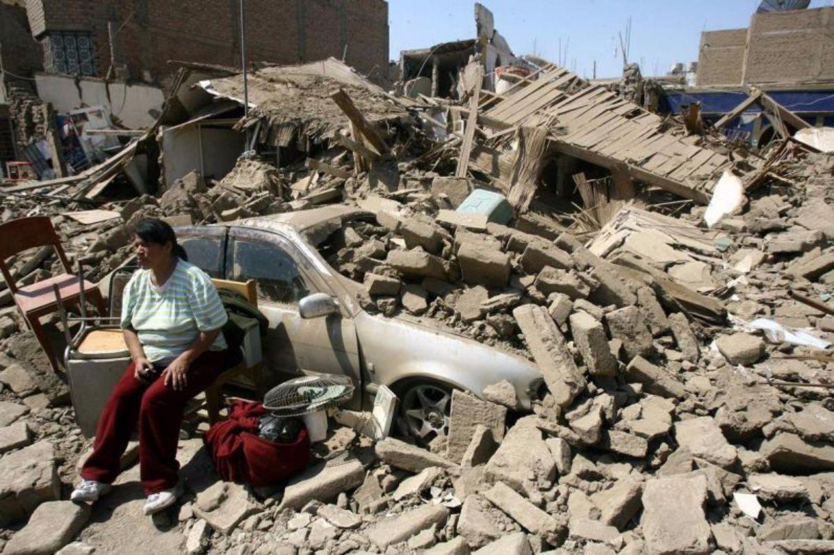 El terremoto de 2007 en Perú produjo 595 muertos, 2.291 heridos, 76.000 viviendas destruidas y 431.000 damnificados. DA