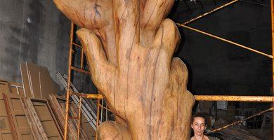 Pilar Gutiérrez Salamanca, con una escultura que hoy se encuentra en el barrio capitalino de Calcinas. DA
