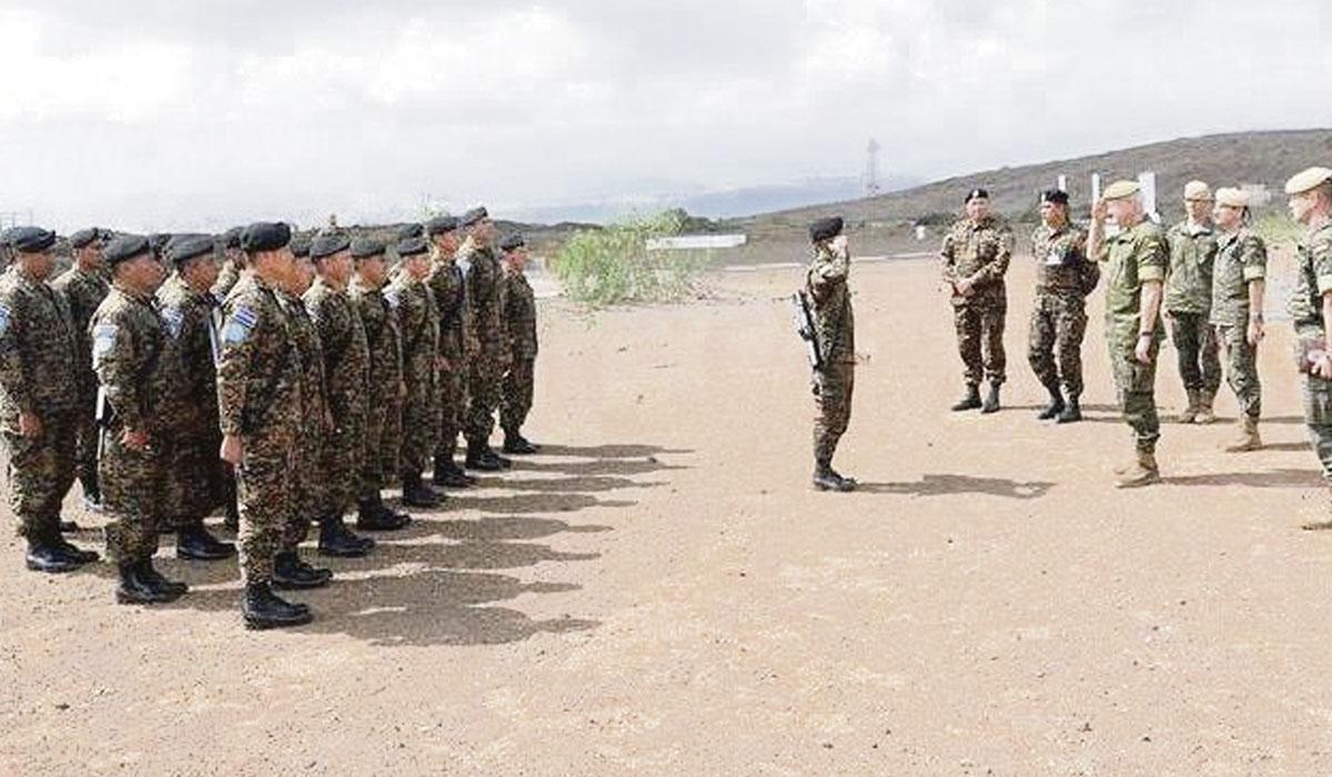 El jefe del Mando de Canarias, el teniente general Pedro Galán García, inspecciona al contingente español para el Líbano. DA