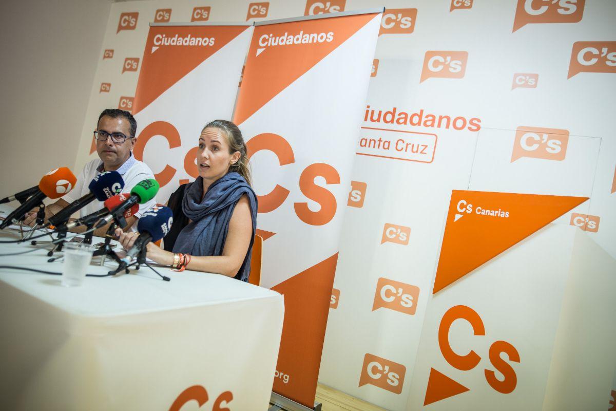 Melisa Rodríguez, diputada en el Congreso, en rueda de prensa en la sede de C's en Santa Cruz de Tenerife junto a Mariano Cejas | Andrés Gutiérrez