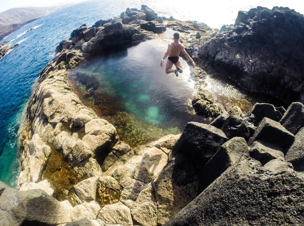 Víctor Méndez Delgado salta con ganas a un charco en la costa de Tenerife | Instagram (victormendezdelgado)
