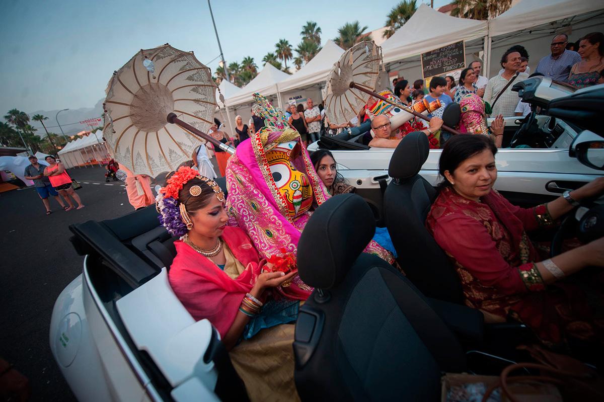 Las tres divinidades del Ratha Yatra llegaron a Playa de Las Américas en tres vehículos descapotables. FRAN PALLERO