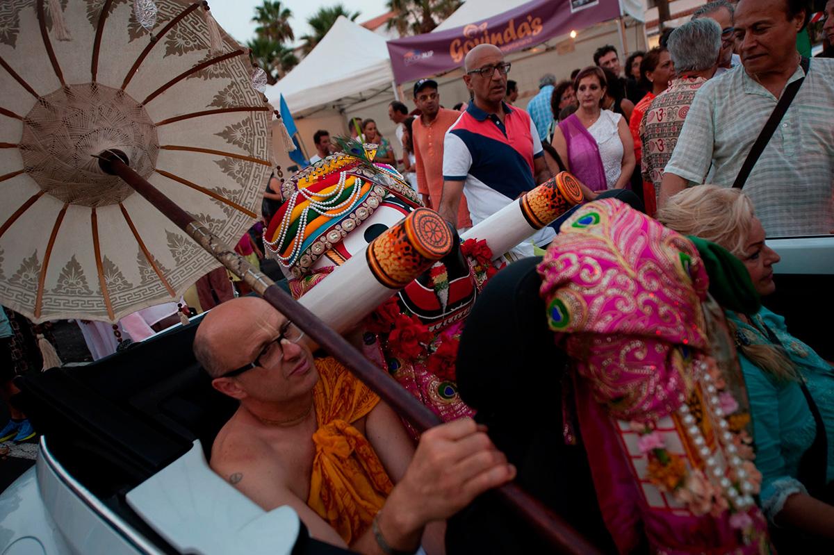La ausencia de la gran carroza no deslució un festival en donde se pudo apreciar toda la belleza de la cultura hindú y su carrusel de colores. FRAN PALLERO