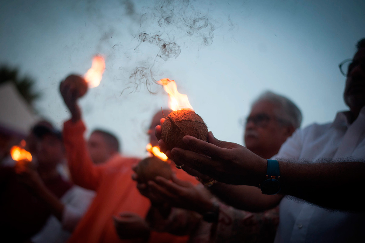 El fuego nunca falta en una ceremonia de hinduismo. FRAN PALLERO