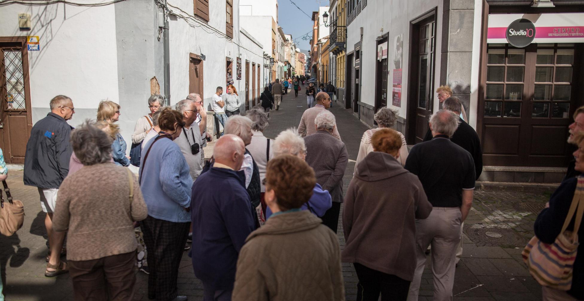 Un grupo de turistas, en el casco histórico de La Laguna. / ANDRÉS GUTIÉRREZ