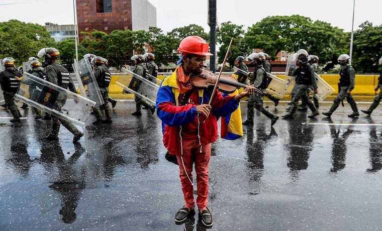 VIOLINISTA PROTESTA VENEZUELA WUILLY ARTEAGA