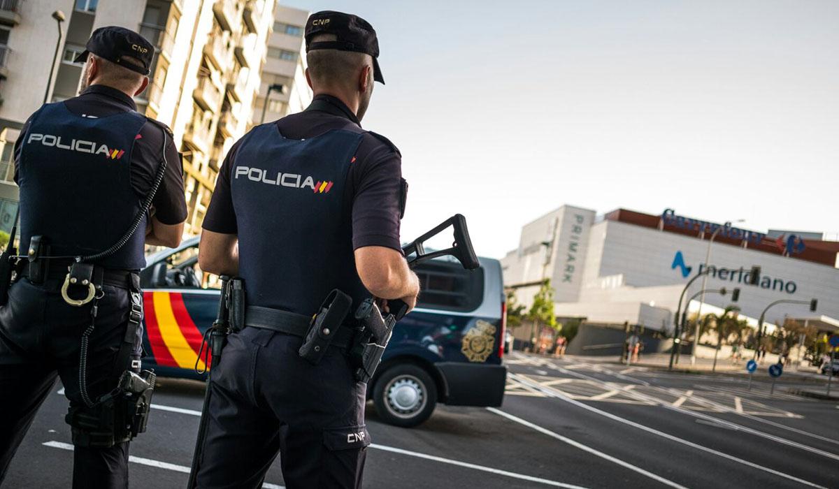 Agentes de la Policía Nacional por fuera del Centro Comercial Meridiano en Santa Cruz de Tenerife. Andrés Gutiérrez
