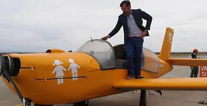 Hazte Oír presenta su avioneta con el lema 'Ley Mordaza LGTBI: Van a por tus hijos'