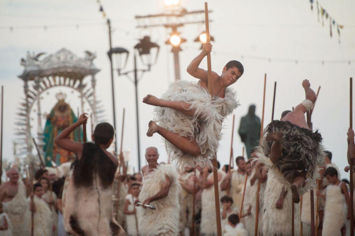 Llenos de júbilo por el hallazgo y el milagro, los guanches saltan con sus lanzas. F. P.