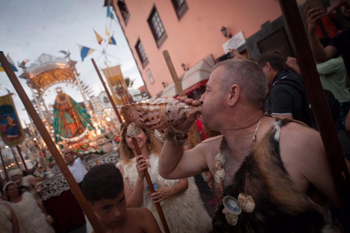 Miles de personas                     arroparon a la Virgen de Candelaria a su paso por la calle de La Arena hasta El Pozo y regreso a la Basílica. Fran Pallero