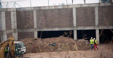 Los primeros operarios se encargaron ayer de depositar en el lugar el material necesario para el inicio de la construcción del vallado que protegerá el perímetro de desarrollo de la obra. F. P.