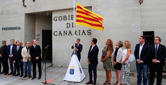 Clavijo iza la bandera catalana en recuerdo a las víctimas de los atentados